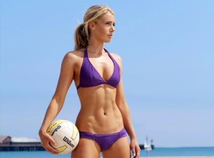 fitspiration volleyballen op het strand