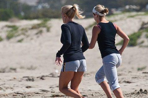 Meisjes hardlopen op het strand