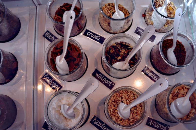 Naast fruit kun je ook veel soorten noten, koekjes en superfood over je yoghurt strooien
