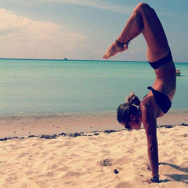 yoga moves op het strand