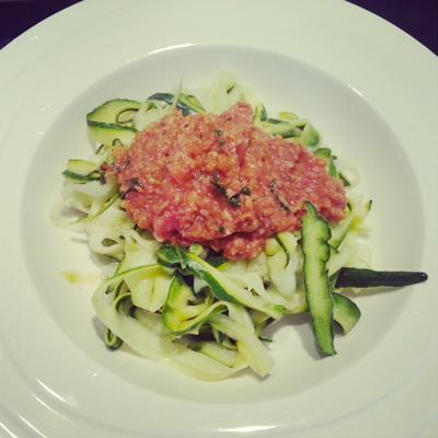 Courgettepasta met tomaat en falafel