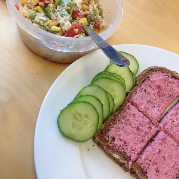 eetdagboek salade en broodje met humous
