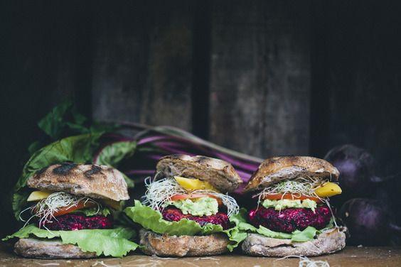 food friday hamburgers met rode biet