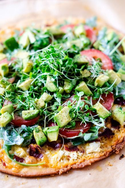 Food friday pizza met avocado