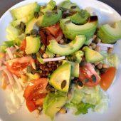 Salade met avocado en kikkererwten