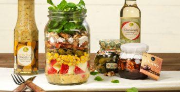 Classic salad in a jar uitgelicht
